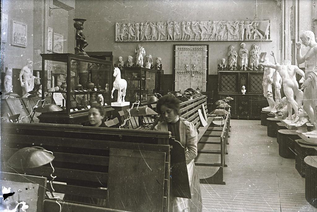 Aula de escultura de la Escuela de Artes a comienzos del siglo XX. Fotografía de Matías Moreno a finales del XIX. Colección de Rosalina Aguado.
