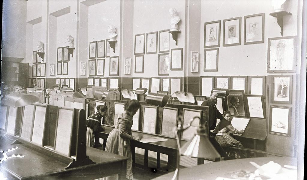 Sebastián Aguado en el aula de pintura de la Escuela de Artes a comienzos del siglo XX. Fotografía de Matías Moreno. Colección de Rosalina Aguado.