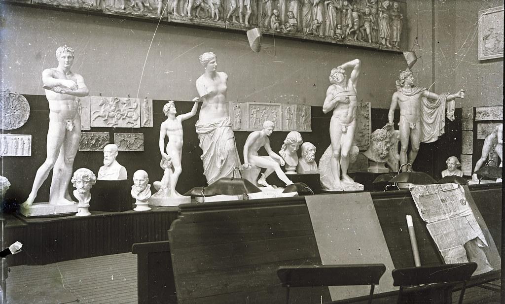 Aula de escultura de la Escuela de Artes a comienzos del siglo XX. Fotografía de Matías Moreno. Colección de Rosalina Aguado.
