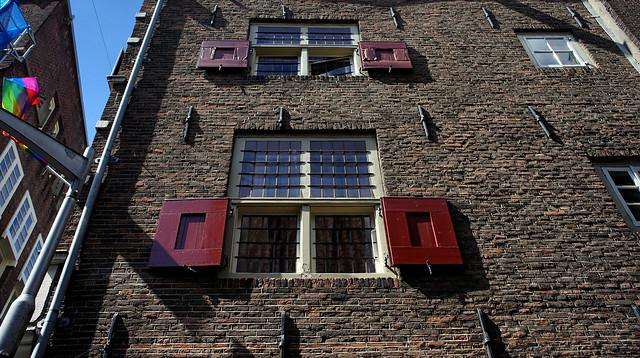 Fensterläden in ,,ROT
