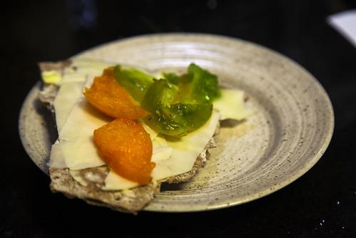 Ostsmörgås av rågknäckebröde med tomater från det egna växthuset