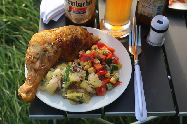 Gebratener Hähnchenschenkel mit Kartoffelsalat und Mais-Paprika-Salat (mein Teller)