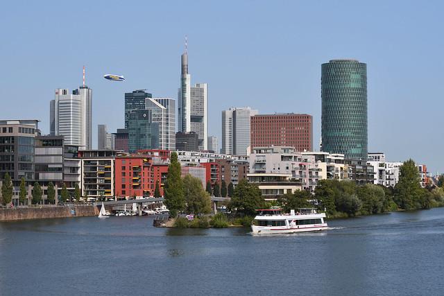 2 Schiffe vor der Frankfurter Skyline