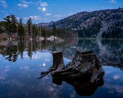 Blue hour moon lake  (由  seanryantakesphotos