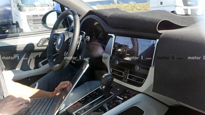 porsche-macan-second-facelift-spy-photo-interior