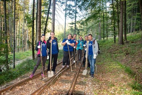 Týždeň dobrovoľníctva: Čistenie lesnej železnice vSkanzene voVychylovke