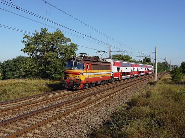 Die 240 145 mit einem Os  am 09.09.2020 unterwegs bei Devínske Jazero.