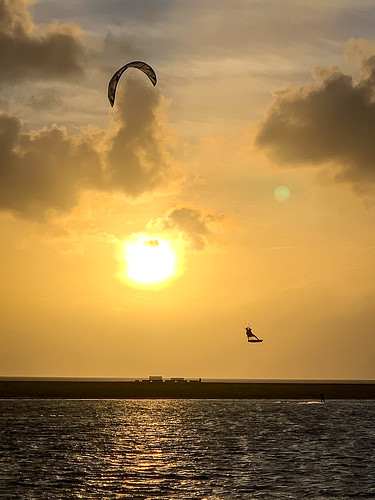 Kiting in the sun #kite #beach #summer #büsum #northsea #sundown | by Ralf Appelt