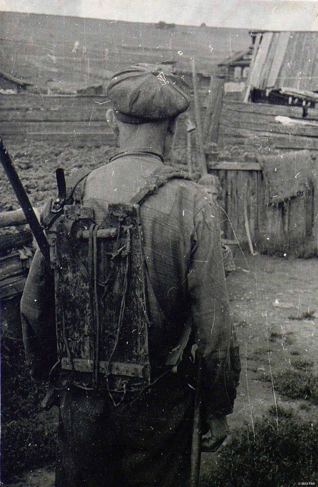 Охотник с «носилками» - приспособлениями для переноски тяжестей на спине