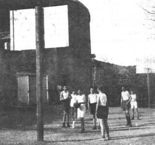 Basket dans la cour du cours complémentaire