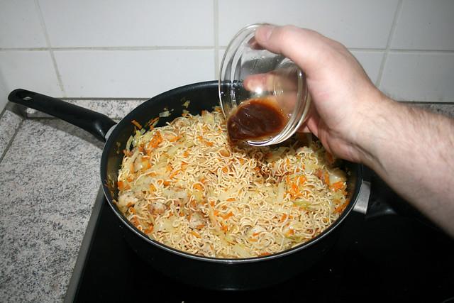 36 - Add soy sauce sesame oil mix / Sojasauce-Sesamöl-Mix addieren