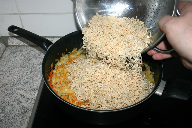 33 - Put noodles in pan / Nudeln in Pfanne geben