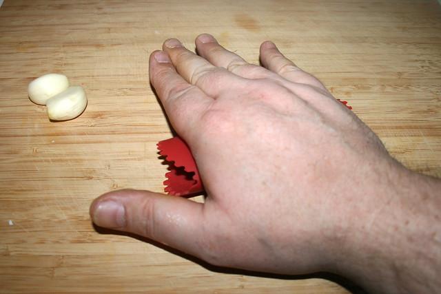 11 - Peel garlic cloves / Knoblauchzehen schälen