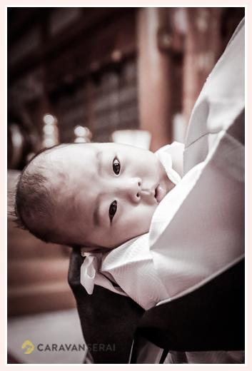 お宮参り ママに抱っこされる赤ちゃん モノクロ写真
