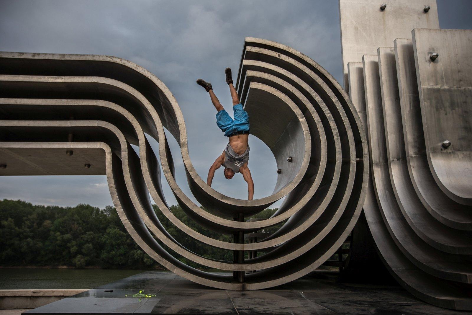 Még az is felmerült, hogy áthelyezik az Árvízi emlékművet a gyalogos-kerékpáros híd miatt
