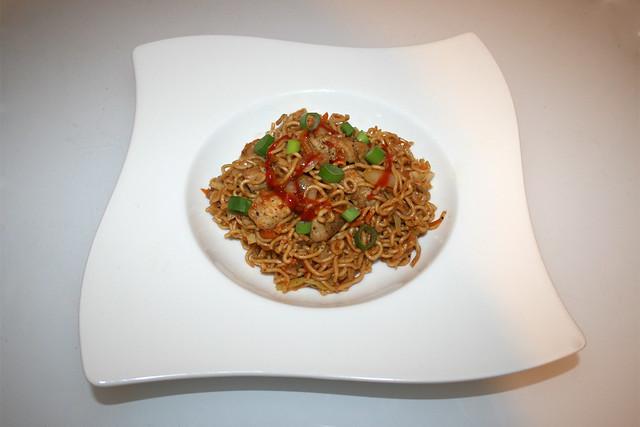 39 - Asian cabbage chicken stir fry - Served / Asiatische Weißkohl-Nudelpfanne mit Huhn - Serviert