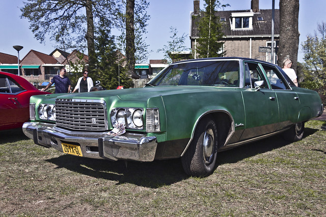 Chrysler Newport Custom Sedan 1975 (9860)