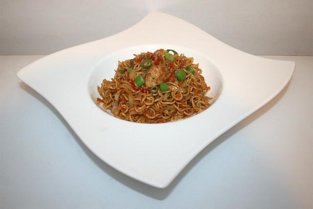 40 - Asian cabbage chicken stir fry - Side view / Asiatische Weißkohl-Nudelpfanne mit Huhn - Seitenansicht