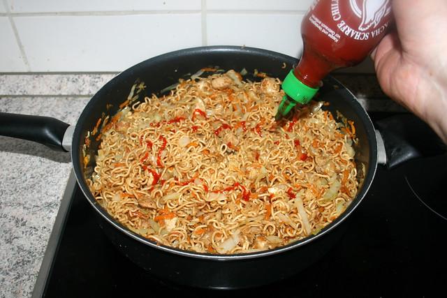 38 - Taste with sriracha sauce / Mit Sriracha-Sauce abschmecken
