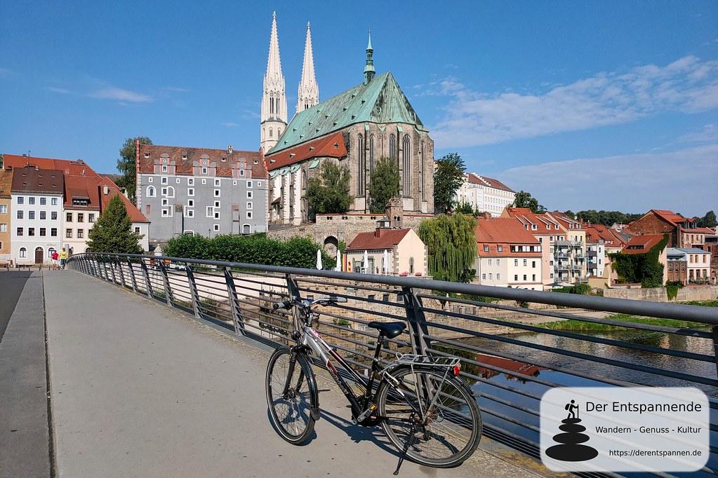 Mietrad auf der Altstadtbrücke Görlitz (Hintergrund: Pfarrkirche St. Peter und Paulz) an der Lausitzer Neiße