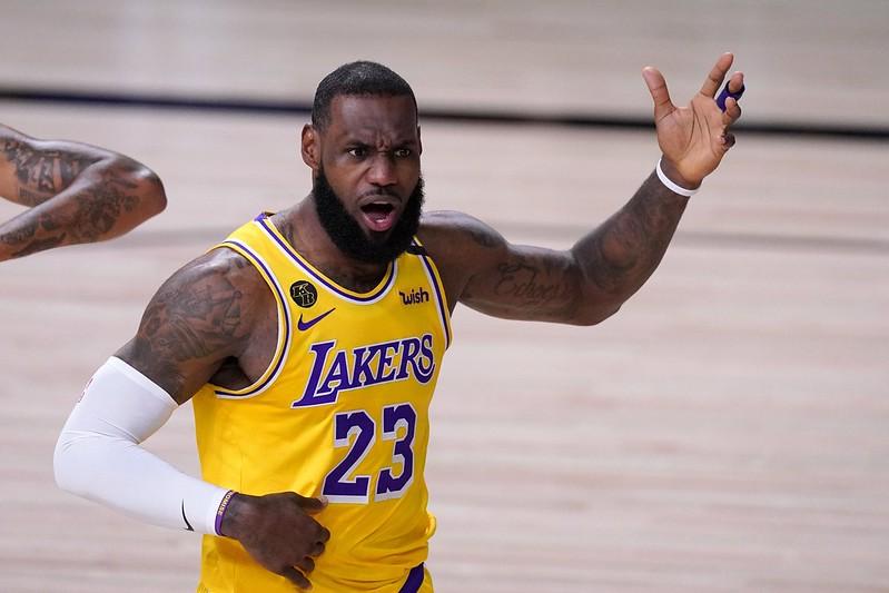 LeBron James在西區冠軍賽首戰比賽中的反應。(達志影像)
