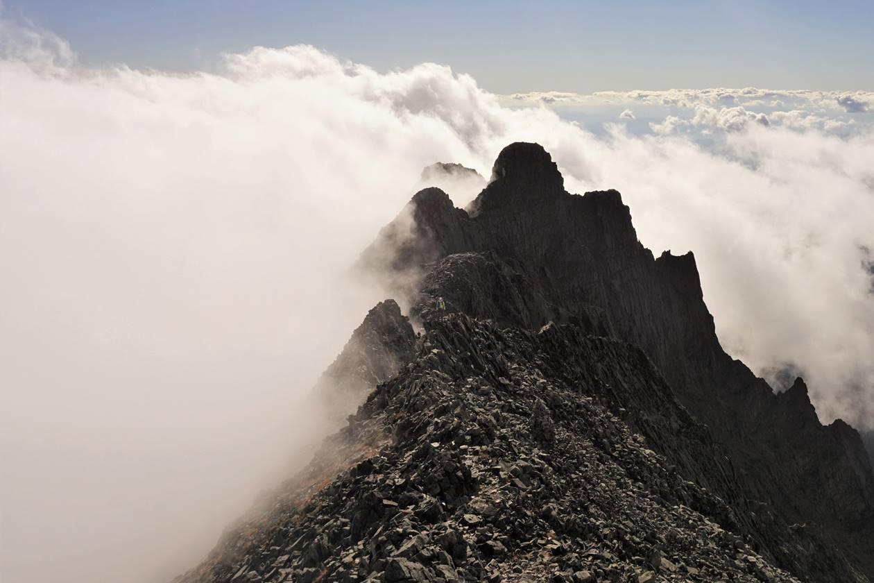 【北アルプス】雲海に聳える奥穂高岳・ジャンダルム