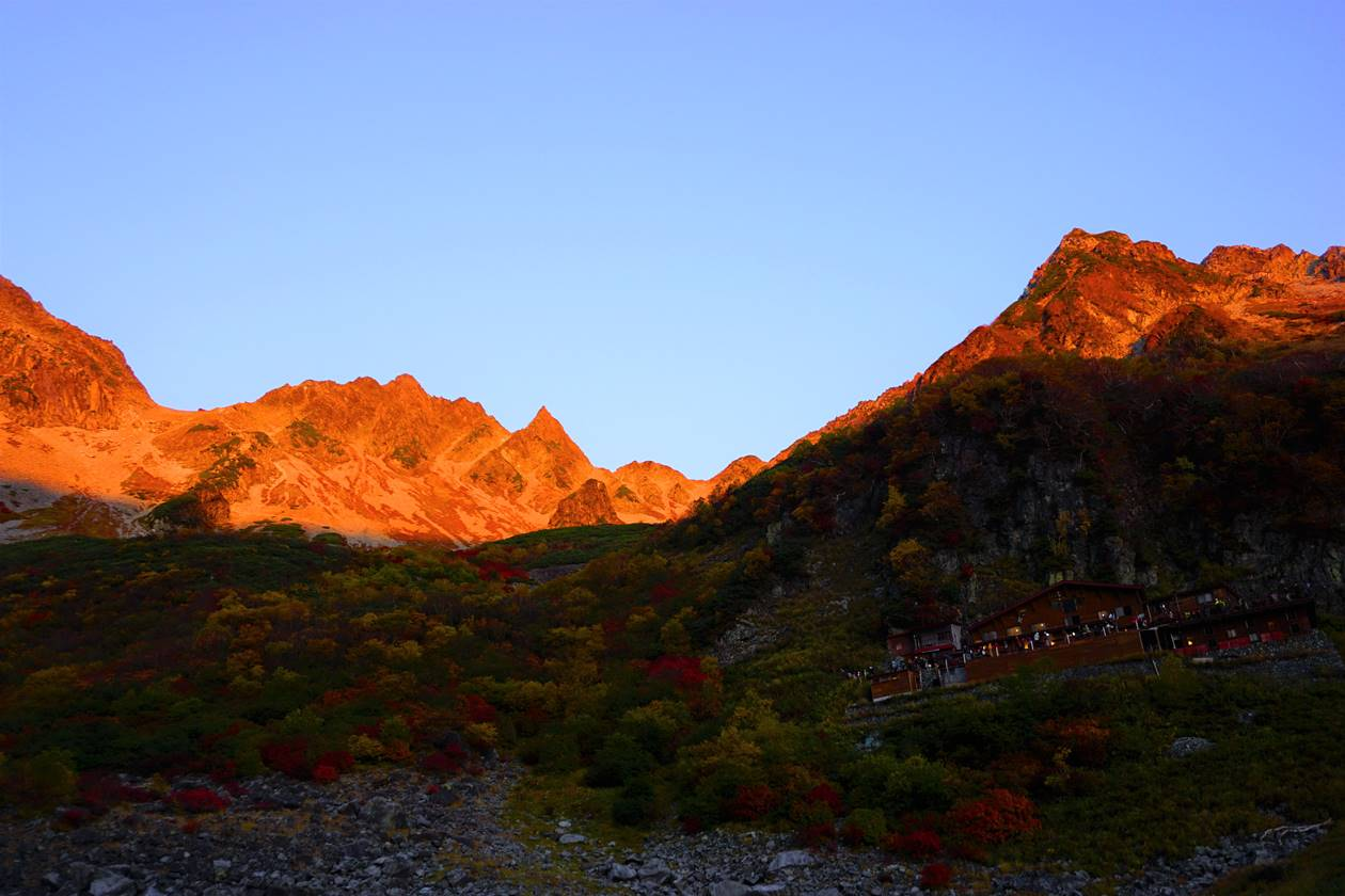 【北アルプス】涸沢から見る穂高連峰のモルゲンロート