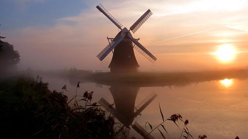 krimstermolen mill windmill molen mist fog morning sunrise zonsopkomst riet reed zuidwolde groningen boterdiep water weerspiegeling weerkaatsing reflection reflectie zon sun canon canonpowershot canonsx40hs