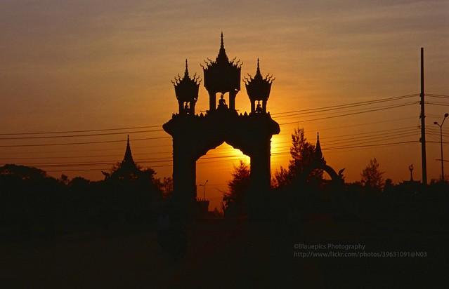 Vientiane, Patuxai gate at sunset - Explore