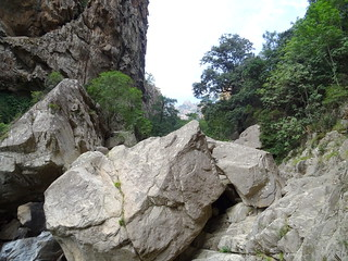 Les blocs dans la brèche et Punta Aracale (?) dans l'alignement