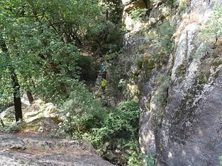 Arrivée en bas du bloc rocheux en  fin du chemin aval