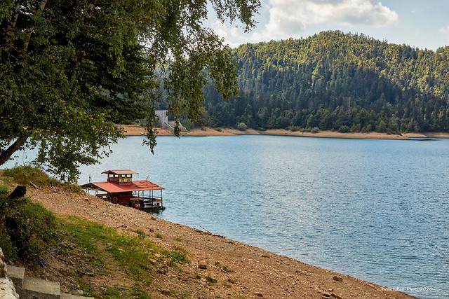 Kratka vožnja Lokvarskim jezerom na motornoj splavi Čača: splav na privezu
