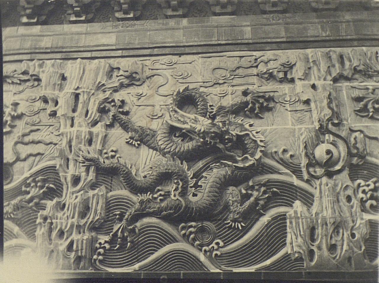 Деталь стены драконов