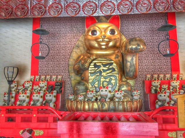 Giant Manekineko and its Acolytes