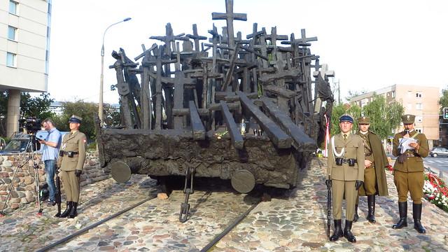 13 Katyński Marsz Cieni pod pomnikiem Pomordowanym na Wschodzie