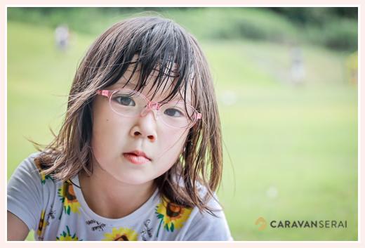 ピンクのフレームの眼鏡をかけた女の子