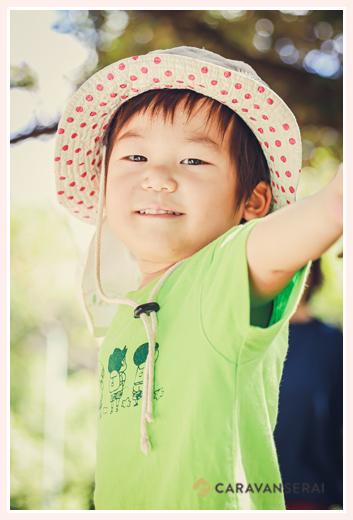 夏の公園で元気よく遊ぶ男の子