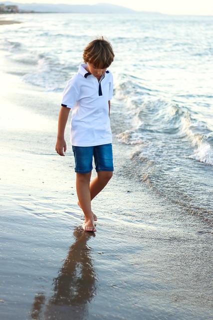 Miguel tocando la orilla del mar.