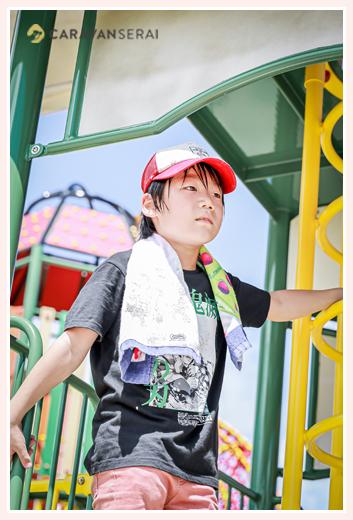 公園の遊具で遊ぶ男の子