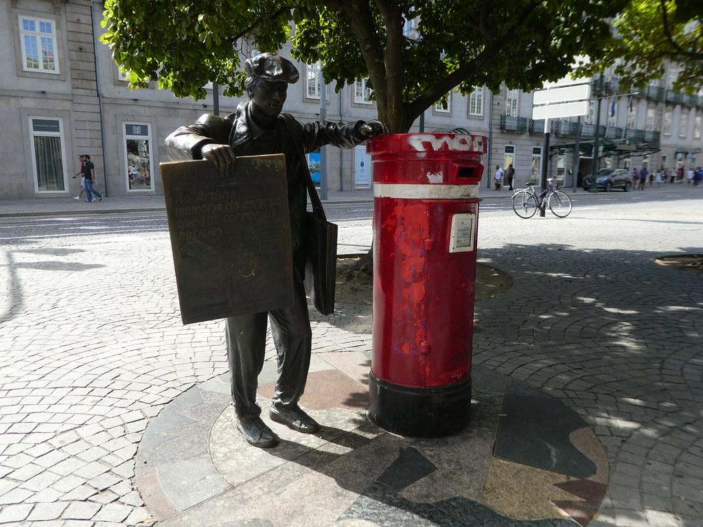 Statue of Newspaper vendor, Porto