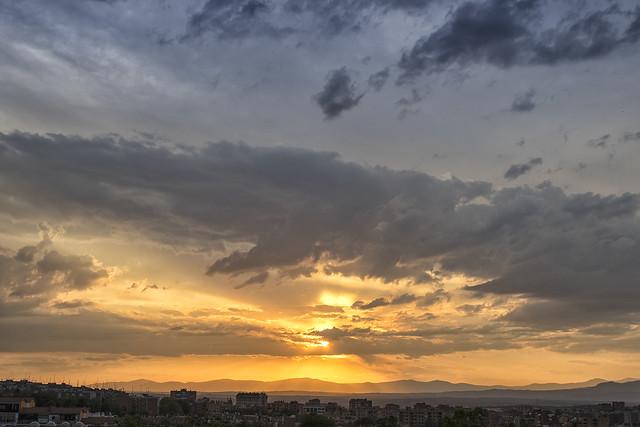 Ponerse el sol bajo las nubes (2)