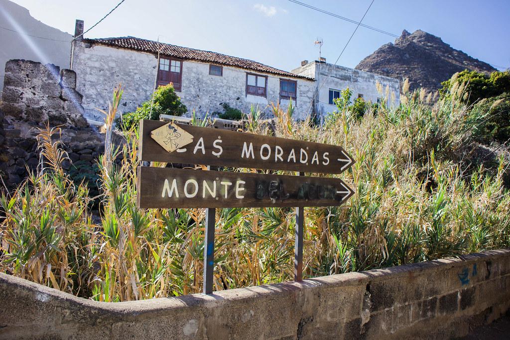 Carteles de madera del sendero Las Moradas y Monte del Agua en Tenerife