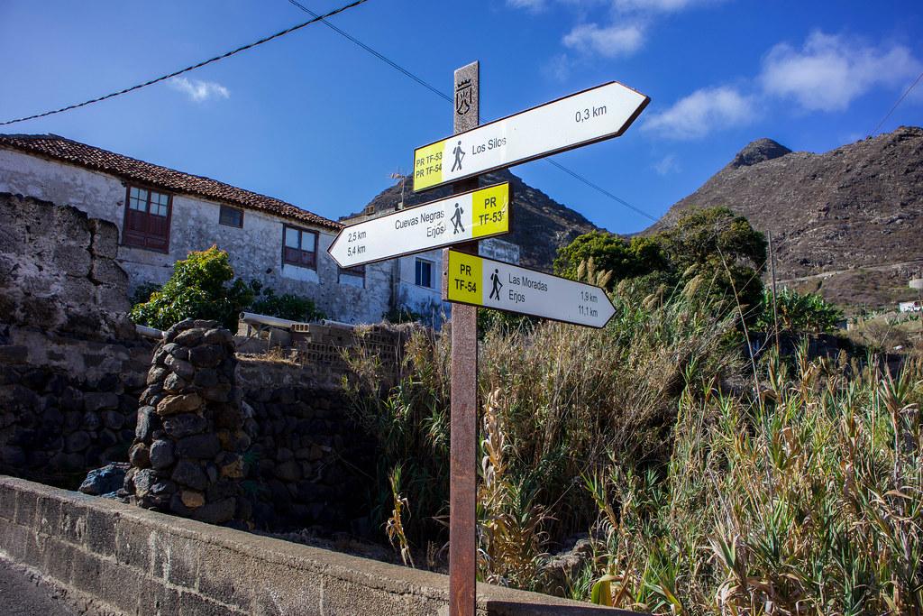 Señales de senderos en el municipio de Los Silos en Tenerife