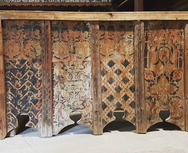 Druhotne pouzity goticky malovany zaklop stropu, ako obklad kostolnych lavic v kostole v skanzene v Zuberci. Lakocinka ;) ... #obklad #skanzen #zuberec #malba #sablonovamalba #gotika #orava #drevenyobklad