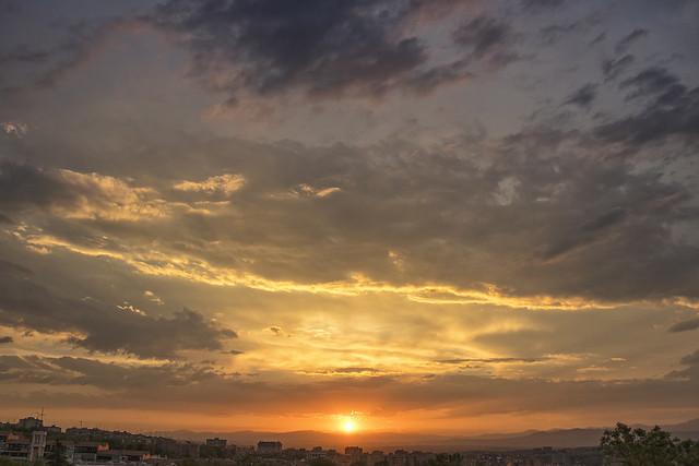 Ponerse el sol bajo las nubes (3)