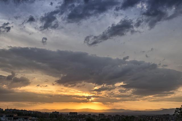 Ponerse el sol bajo las nubes (1)