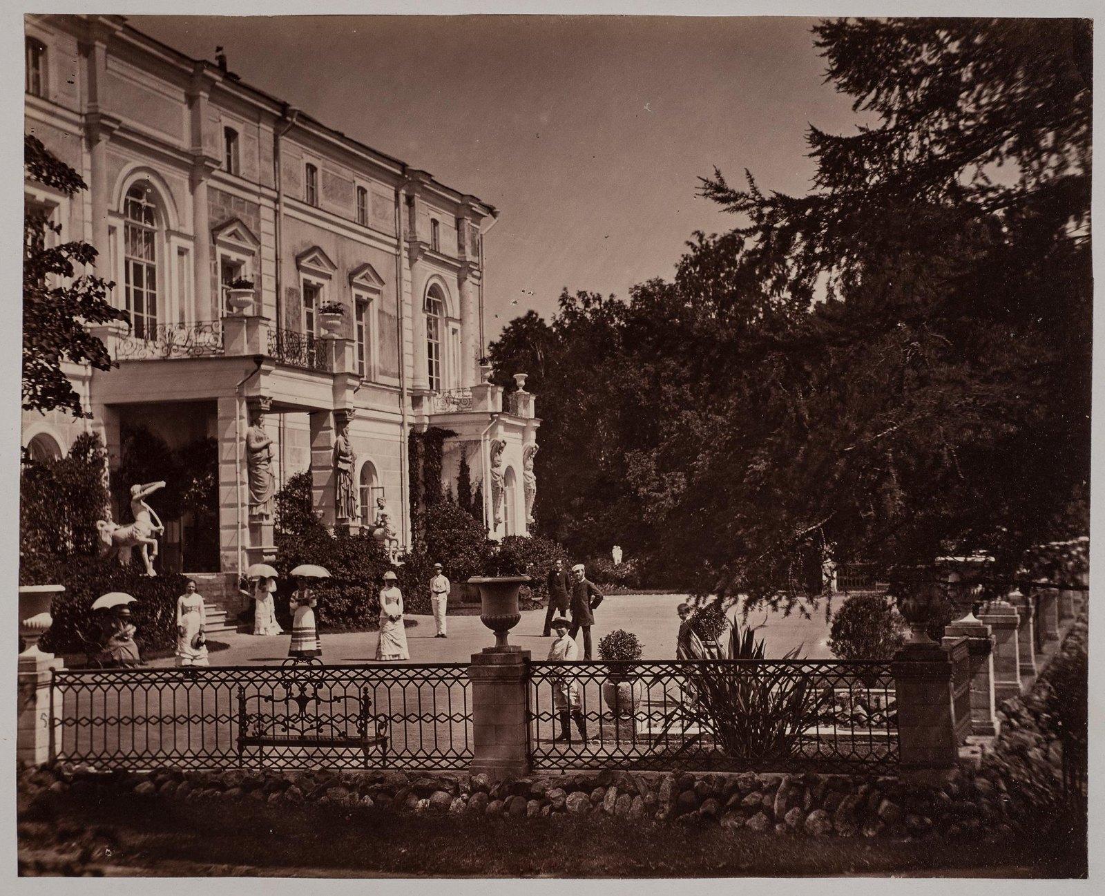 05. Парковый фасад дома и терраса в Поречье
