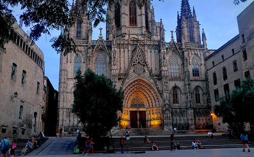 church iglesia església cathedral catedral architecture construction tower wall brick door window decoration lamp farol alley callejón passeig walk caminar dark light shadow shadows tree nature naturaleza sky cielo catalunya cataluña catalonia barcelona dusk nightfall anochecer atardecer night nightview nightshot color colour colores colours colors outside outdoor outdoors