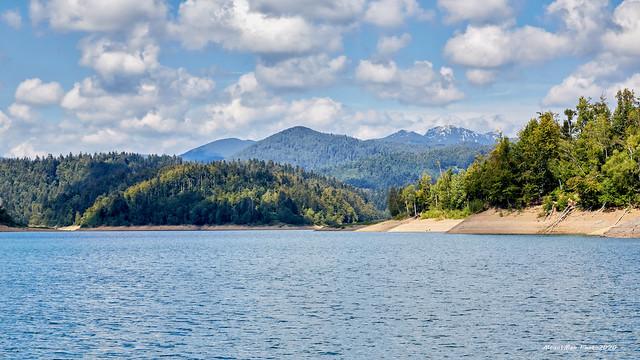 Kratka vožnja Lokvarskim jezerom na motornoj splavi Čača: pogled na Risnjak