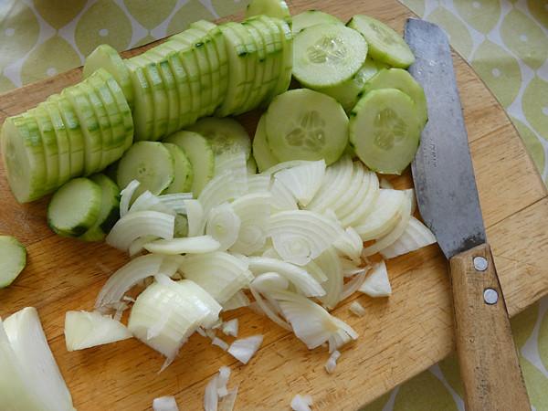 concombre et oignons